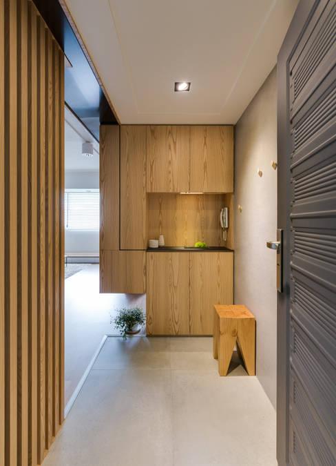 玄關:  走廊 & 玄關 by 御見設計企業有限公司