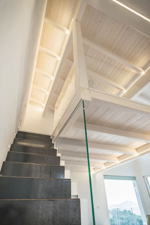 Corridor, hallway & stairs by Costantini Case in Legno