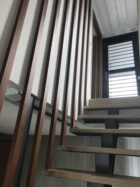 Ingresso & Corridoio in stile  di 石方室內裝修有限公司