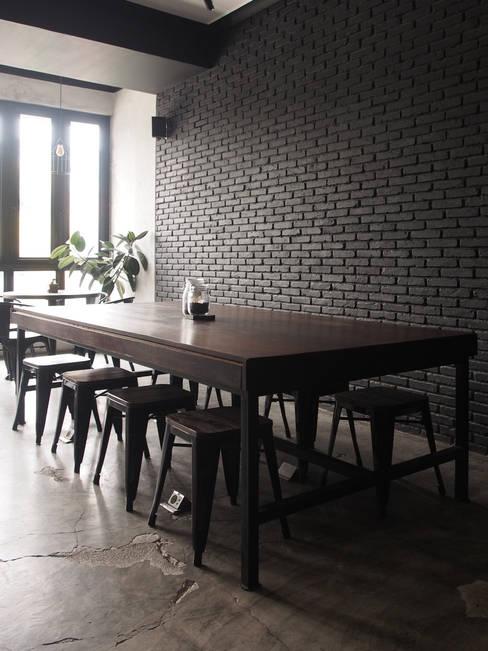 Communal table:  Restoran by Spasi Architects