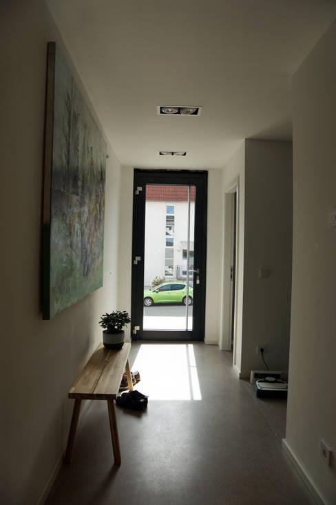 Corridor & hallway by PlanKopf Architektur