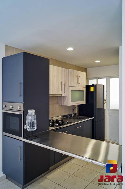Built-in kitchens by JARA COCINAS & CLOSETS