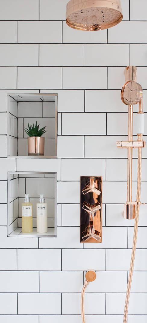 浴室 by Brass & Rose Interiors
