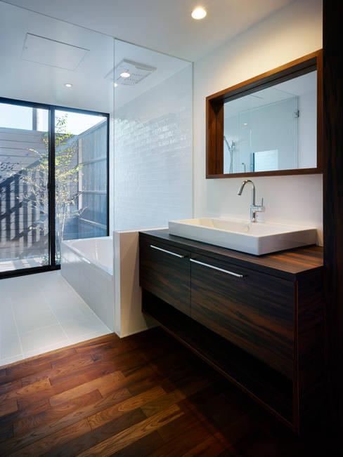 EF 各階コーナーに外部空間を取り込んだ家: 山縣洋建築設計事務所が手掛けた階段です。