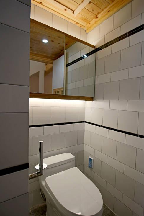 4인 가족을 위한 2층 현대 한옥: 디자인 스루딥의  욕실
