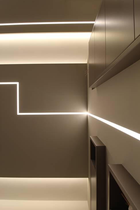 Poche modifiche, grandi cambiamenti!: Pareti & Pavimenti in stile  di Studio di Progettazione e Design 'ARCHITÈ'