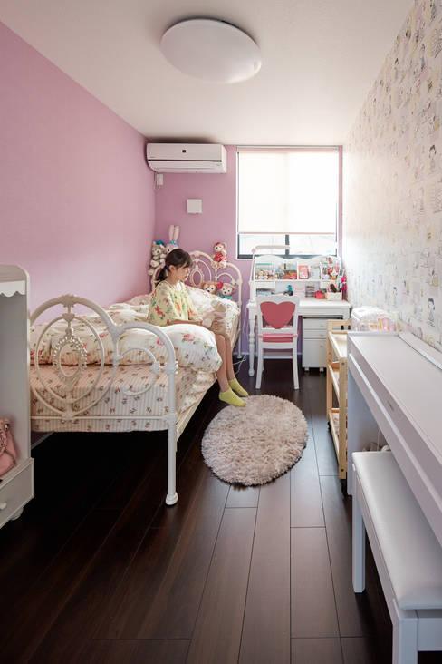 3角敷地に3角な3階建の家: 一級建築士事務所 株式会社KADeLが手掛けた女の子部屋です。