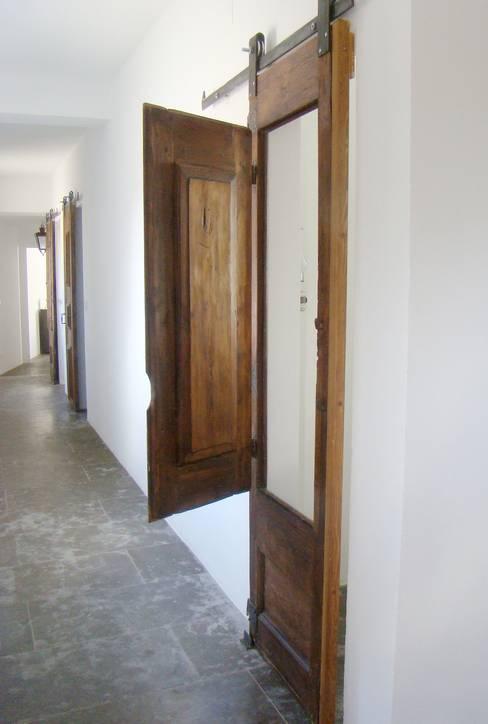 Casa da Ribeira: Corredores e halls de entrada  por CF Arquitectura e Design
