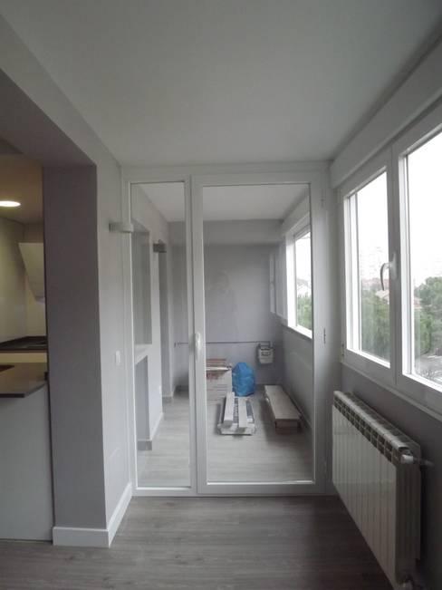 Terraza: Cocinas integrales de estilo  de Almudena Madrid Interiorismo, diseño y decoración de interiores
