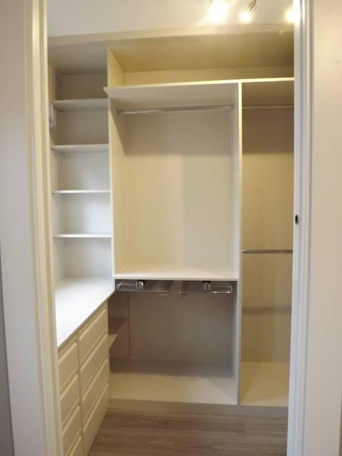 Vestidor: Dormitorios de estilo  de Almudena Madrid Interiorismo, diseño y decoración de interiores