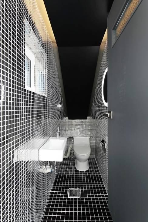 Bathroom by 피앤이(P&E)건축사사무소