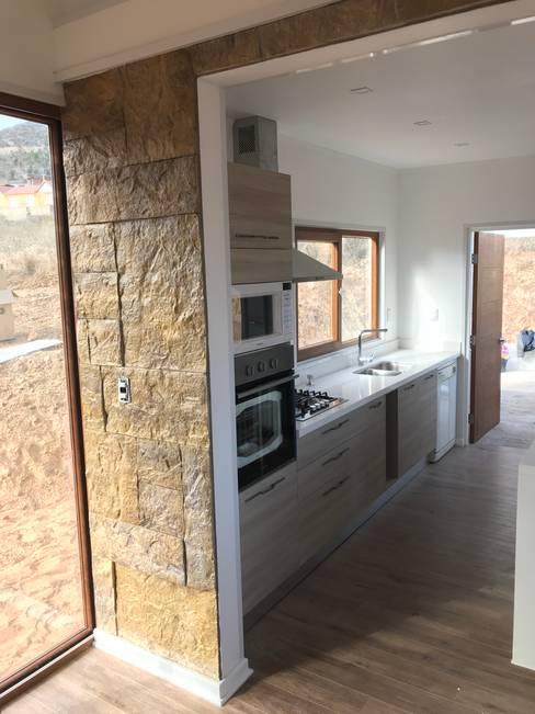 Columna Hornos cocina. Vivienda Lt37 Premium 125m2 Fundo Loreto.: Cocinas de estilo  por Territorio Arquitectura y Construccion - La Serena
