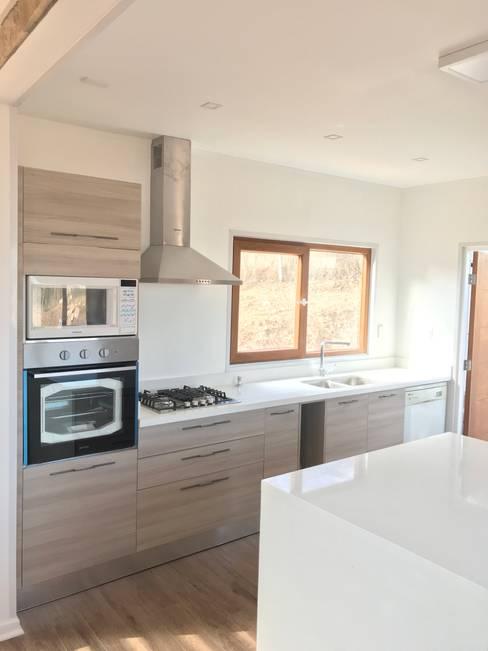 Columna Hornos cocina. Vivienda Lt37 Premium 125m2 Fundo Loreto.: Muebles de cocinas de estilo  por Territorio Arquitectura y Construccion - La Serena