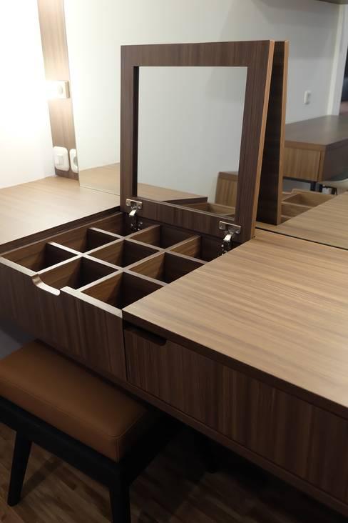 Detail Meja Rias:  Dressing room by FIANO INTERIOR