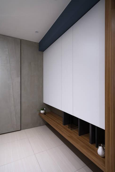玄關鞋櫃:  走廊 & 玄關 by Moooi Design 驀翊設計