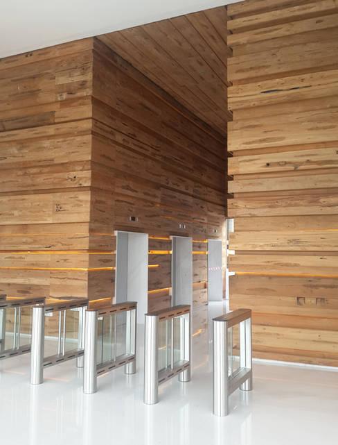 Прихожая, коридор и лестницы в . Автор – Jati and Teak