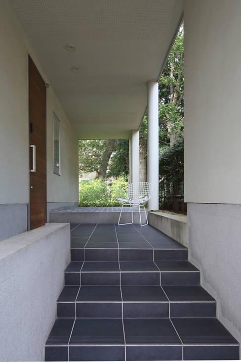 狭山:こだわりを持つ若夫婦のための家: JWA,Jun Watanabe & Associatesが手掛けた廊下 & 玄関です。