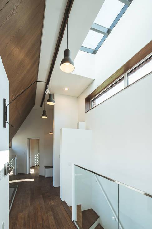 온기: AAPA건축사사무소의  복도 & 현관