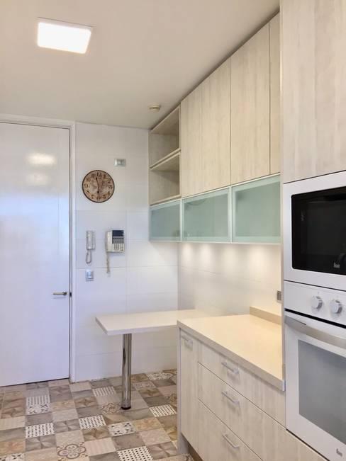 Vista hacia acceso de cocina: Cocinas equipadas de estilo  por balConcept SpA