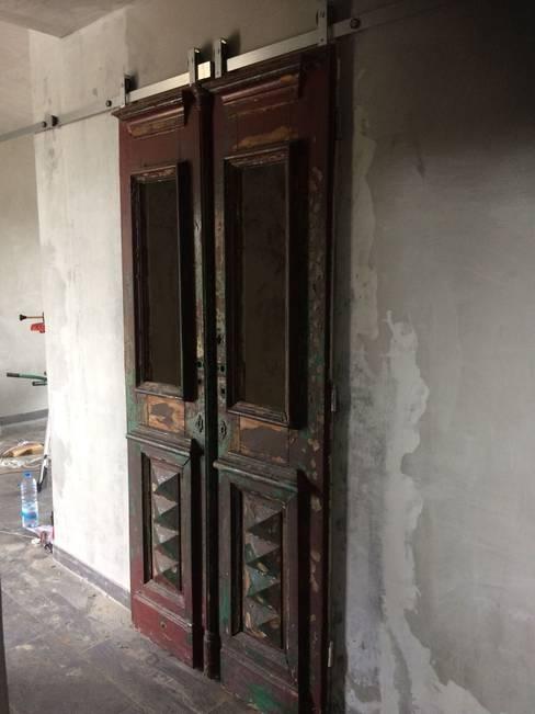 Porta antiga: Corredor, hall e escadas  por Inês Florindo Lopes