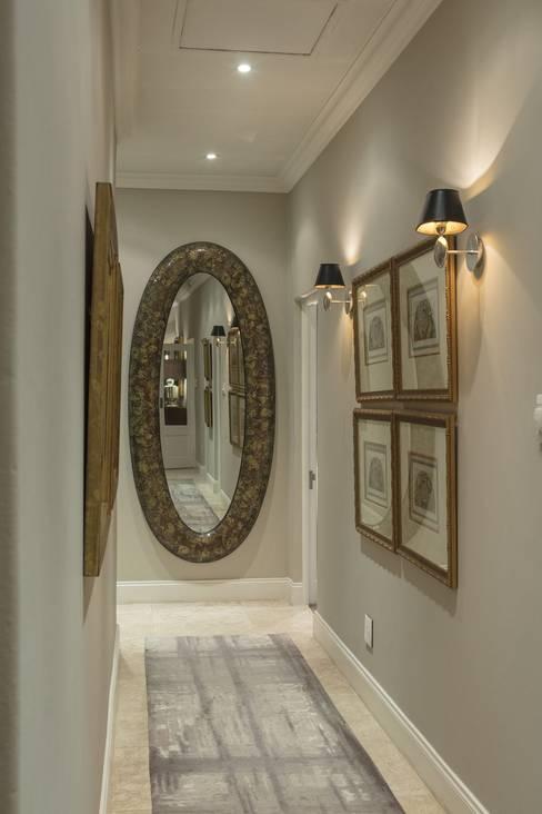 Pasillos y hall de entrada de estilo  por Spegash Interiors