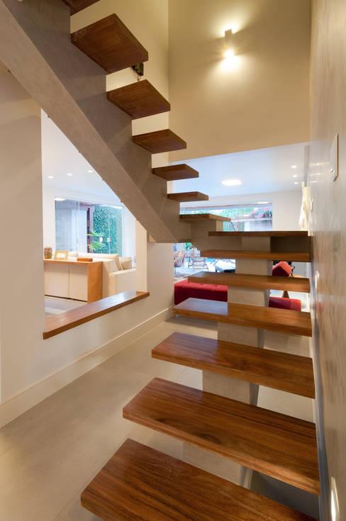 Escada aberta para sala: Escadas  por Bernal Projetos - Arquitetos em Salvador