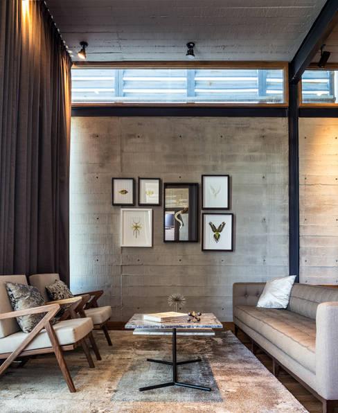 CASA CIMA: Salas de estilo  por Garza Maya Arquitectos