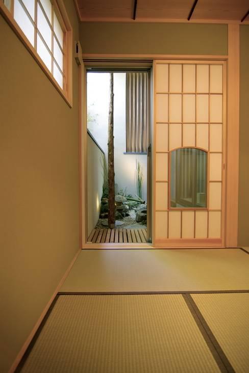 Projekty,  Pokój multimedialny zaprojektowane przez Sデザイン設計一級建築士事務所