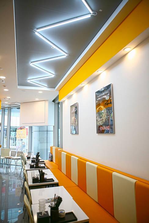 Salle à manger de style  par 8sky design