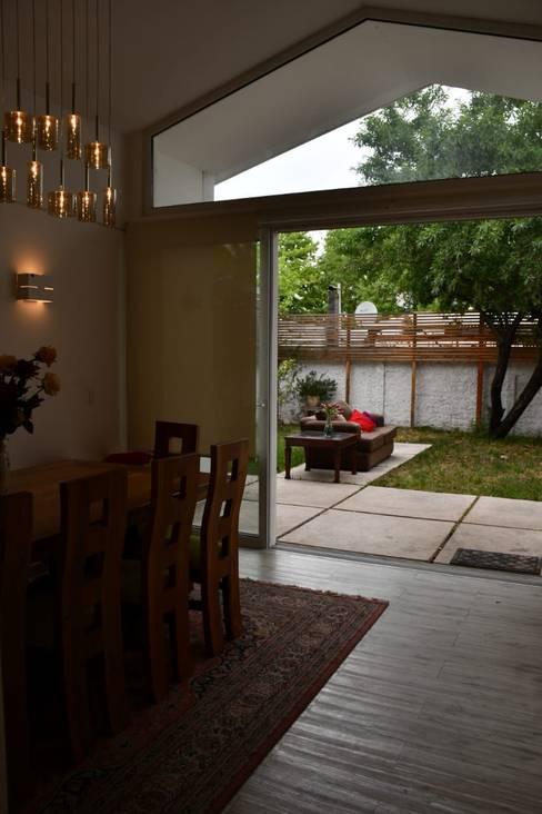 Ventanal, vinculación con patio.: Livings de estilo  por D01 arquitectura
