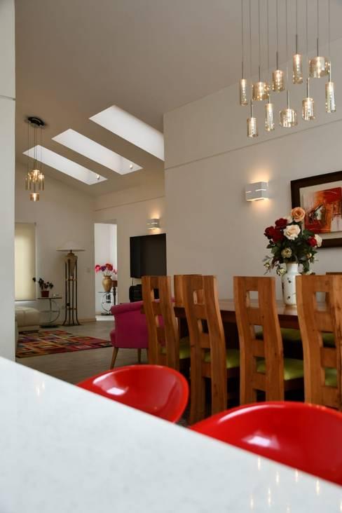 Vinculación de cocina, comedor y estar. : Livings de estilo  por D01 arquitectura