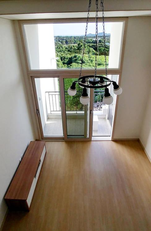 Salas / recibidores de estilo  por 건축사사무소 지음