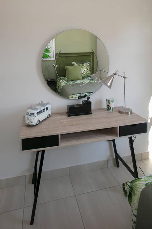 Dormitorios de estilo  por Spegash Interiors