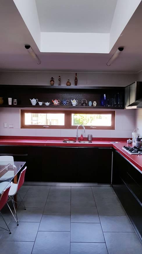 cocina roja: Cocinas equipadas de estilo  por SIMPLEMENTE AMBIENTE mobiliarios hogar y oficinas santiago
