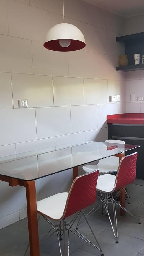 objetos rojos : Cocina de estilo  por SIMPLEMENTE AMBIENTE mobiliarios hogar y oficinas santiago