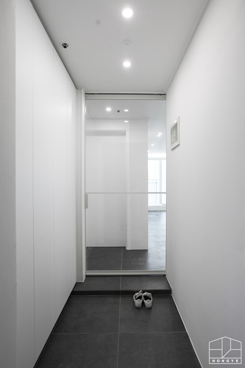 Pasillos y vestíbulos de estilo  por 홍예디자인