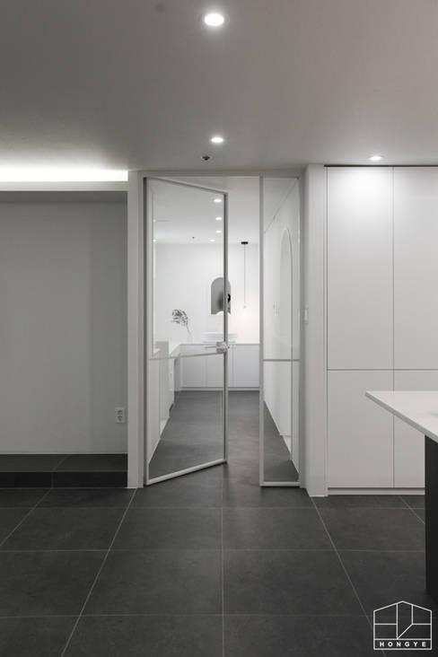 Puertas interiores de estilo  por 홍예디자인