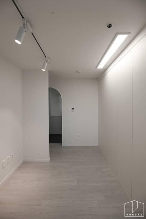 Closets de estilo  por 홍예디자인