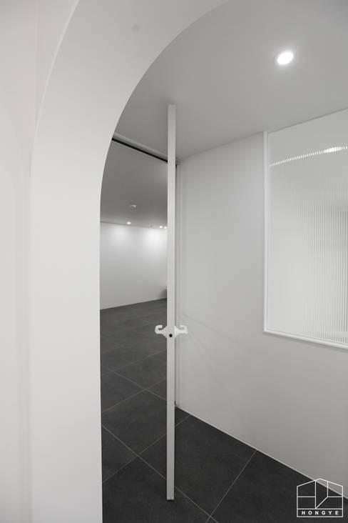 Puertas de estilo  por 홍예디자인
