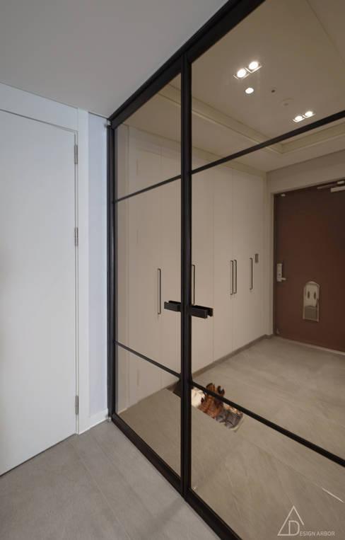차분한 그레이 인테리어: 디자인 아버의  복도 & 현관