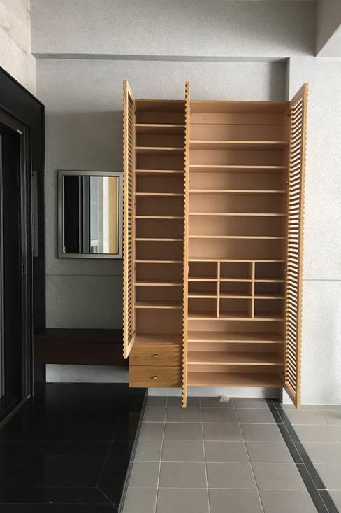 車庫鞋櫃:  雙車庫 by houseda