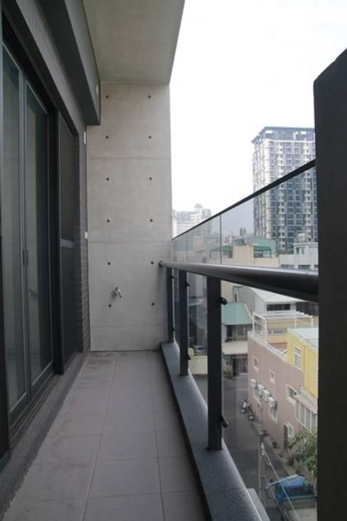 陽台使用玻璃欄杆:  陽台 by 勻境設計 Unispace Designs