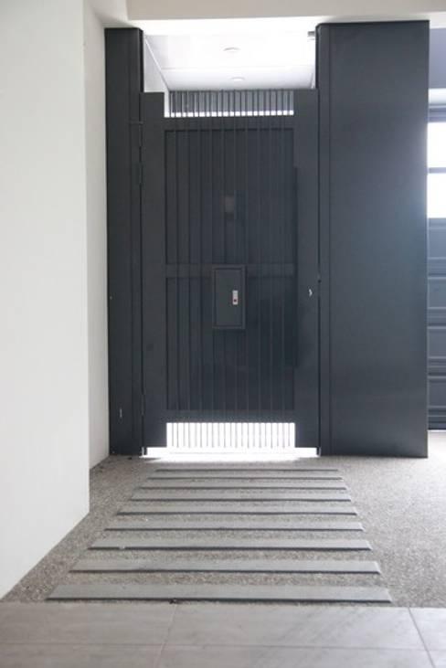 大門入口:  走廊 & 玄關 by 勻境設計 Unispace Designs