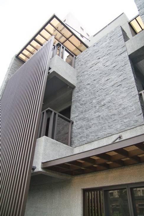 陽台上方有遮雨棚:  牆面 by 勻境設計 Unispace Designs