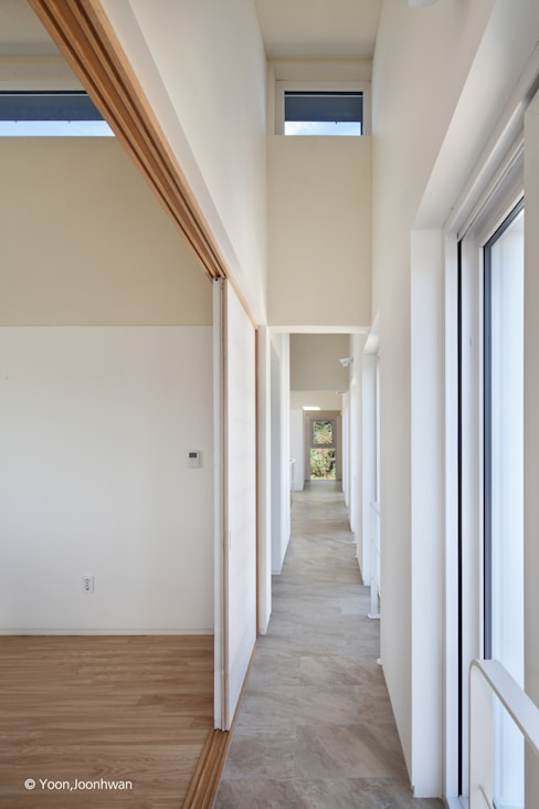 Pasillos y hall de entrada de estilo  por 건축사사무소 모뉴멘타