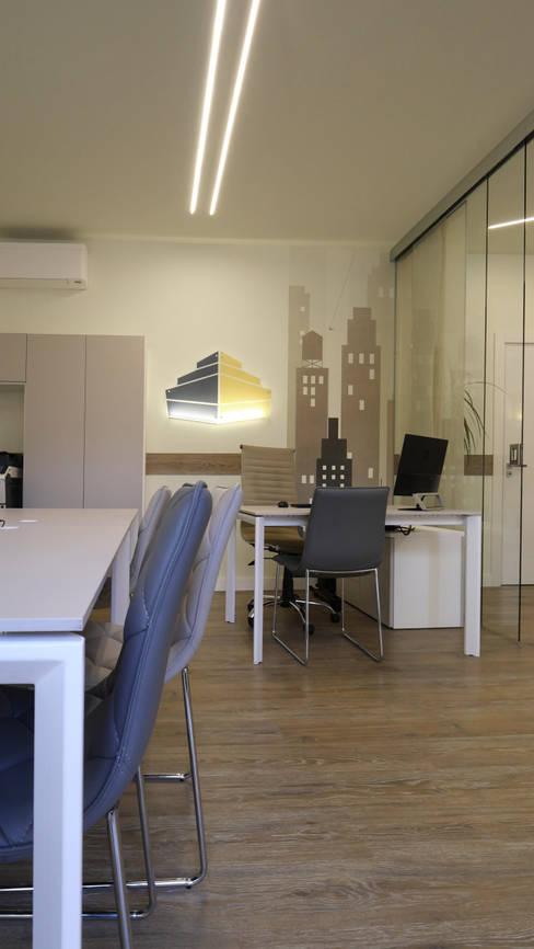 Il logo commerciale ricreato su parete...: Spazi commerciali in stile  di Pamela Tranquilli Interior Designer