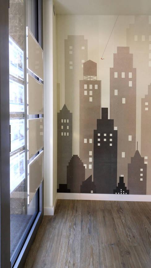 decorare con Wall&decò: Spazi commerciali in stile  di Pamela Tranquilli Interior Designer