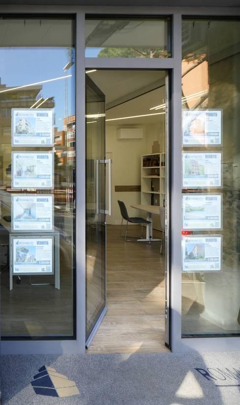 vetrina blindata Ponzio: Spazi commerciali in stile  di Pamela Tranquilli Interior Designer