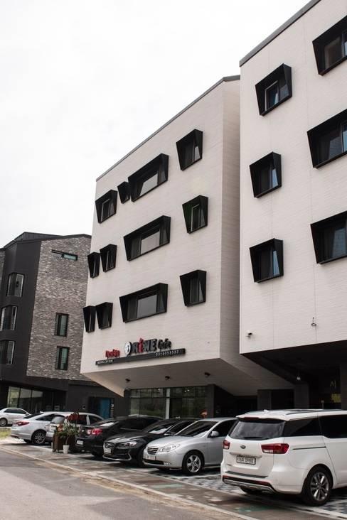 Khu Thương mại by AAG architecten
