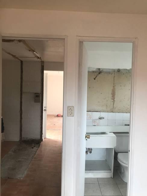 Remodelación y Ampliación de una casa en Santiago: Baños de estilo  por ARquitectura